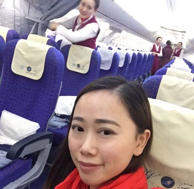 機内の様子を投稿したチャンさん(写真手前)