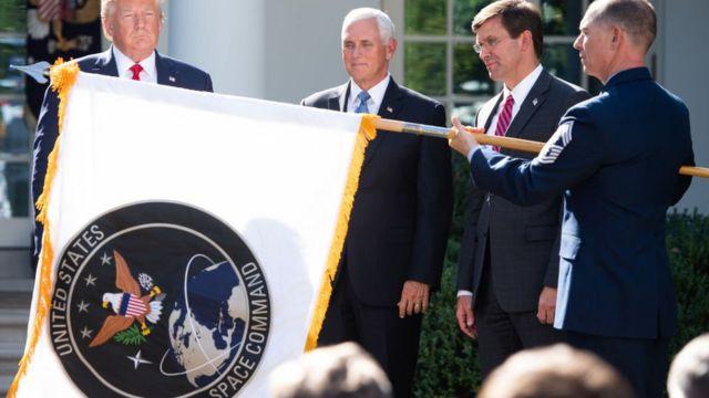 Donald trump y Mike Pence con otras aturoidades