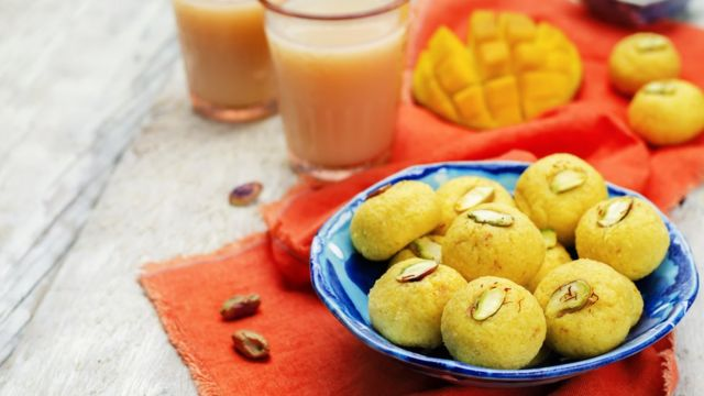 Sweets made with mango and pistachio.