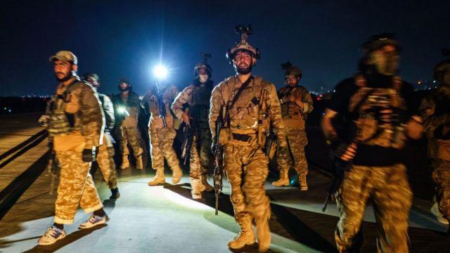 Các chiến binh Taliban từ đơn vị Fateh Zwak, sử dụng vũ khí, thiết bị và quân phục do Mỹ cung cấp, tiến vào Sân bay Quốc tế Kabul ngày 31 tháng 8 năm 2021