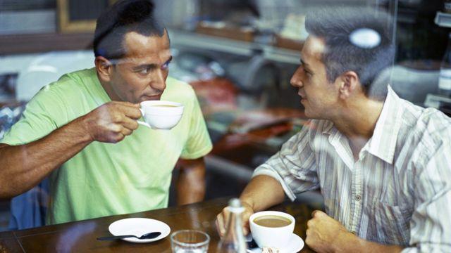 Dos amigos tomando un café