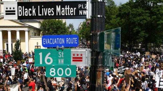 Manifestantes en la recién llamada Plaza Black Lives Matter en Washington D.C.
