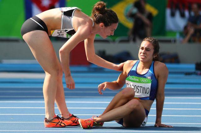 レース中に互いを助けあったニュージーランドのハンブリン選手(左)と米国のダゴスティノ選手