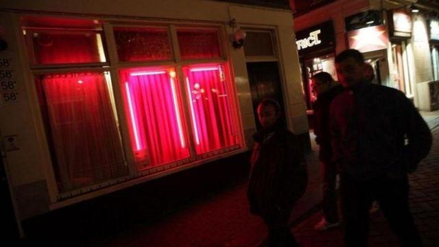 Phố Đèn Đỏ nổi tiếng ở Amsterdam - một biểu tượng văn hóa của thành phố và là biểu tượng tự do tình dục