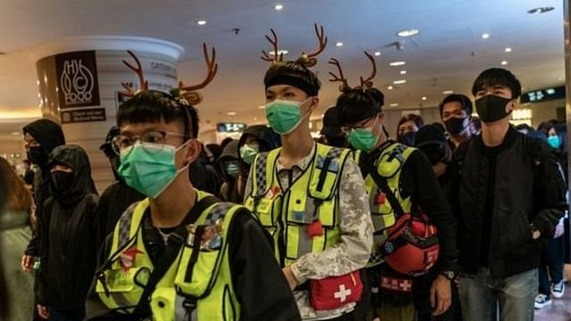 Юноши в масках и оленьими рогами