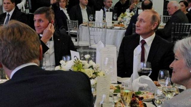 فلين (الثاني من اليسار) وبوتين (الثاني من اليمين) في حفل العشاء في موسكو
