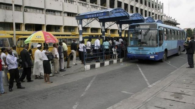 Pipo wey stand for queue dey wait to enta BRT.