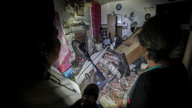Đồ đạc trong một ngôi nhà bị gãy đổ sau động đất hôm 5/7