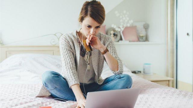 Mujer preocupada mirando su ordenador.