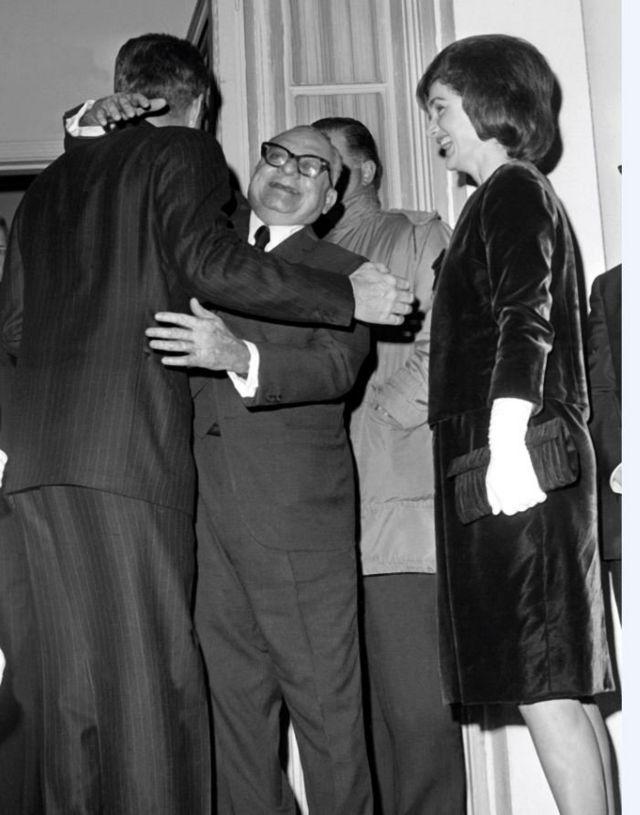 Rómulo Betancourt abraza a JF. Kennedy