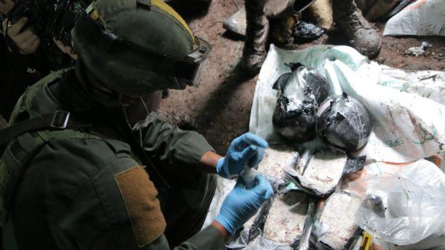 Un policía antinarcóticos evalúa la calidad de cocaína hallada en un laboratorio en la selva (Foto: Natalio Cosoy/ BBC Mundo)