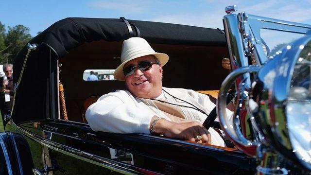 Persona con auto vintage