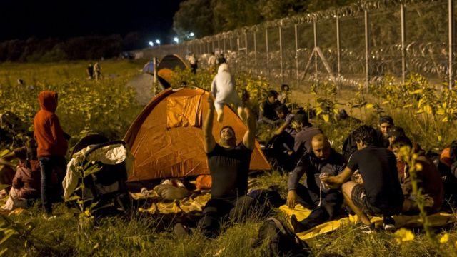 ハンガリーとセルビアの国境のセルビア側で数百人が野宿した