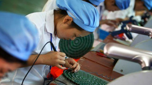 Trabajadora china en fábrica de productos electrónicos.