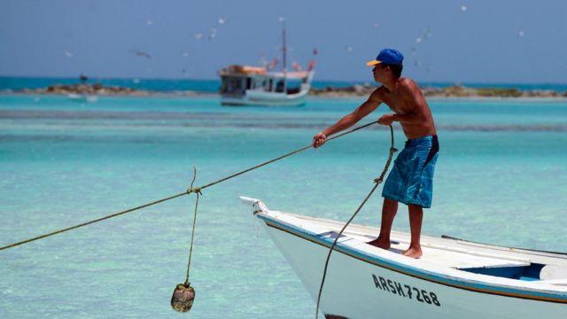 Un joven sobre una barca