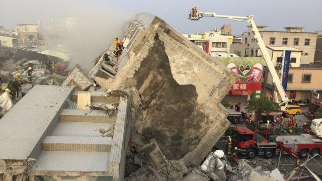 地震で崩れた台湾南部・台南市の建物