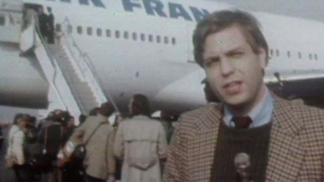 Džon Simpson stoji ispred aviona kojim je Homeini stigao u Teheran 1. februara 1979.