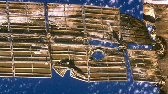 Daño al panel solar de la estación Mir.