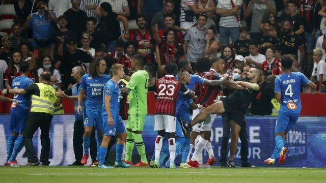 Футбольный матч был прерван из-за неспортивного поведения болельщиков