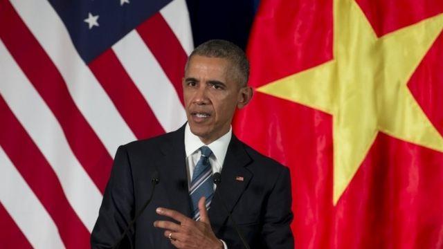 ハノイで記者会見するオバマ米大統領(23日)