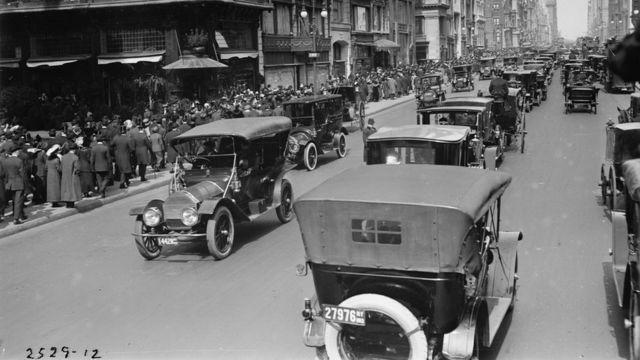 Quinta Avenida de Nueva York repleta de automóviles.