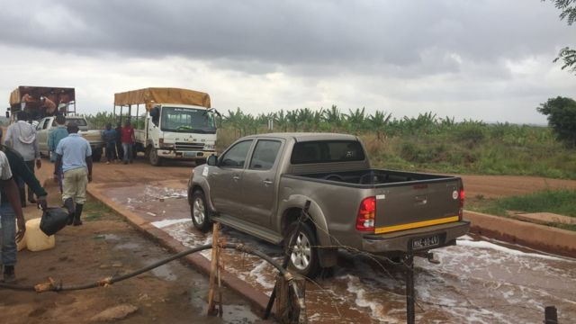 camioneta pasando sobre desinfectante
