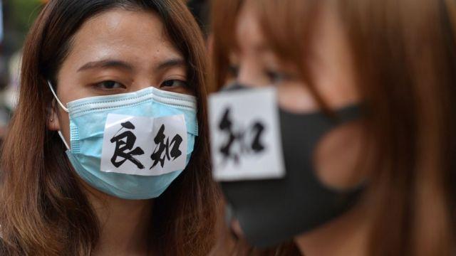 香港政府宣佈推出《禁蒙面法》之際,市民繼續帶口罩上街抗議。