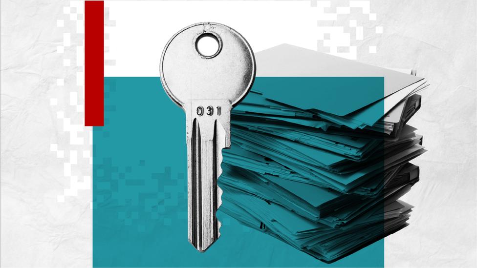Ilustración de una llave y documentos