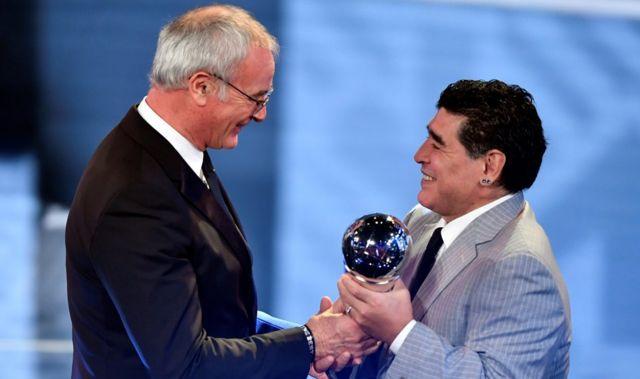Ranieri recibe el premio de Maradona