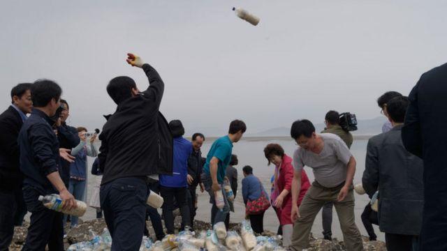 Những người Bắc Hàn đào tẩu sang Nam Hàn ném những chai nước đựng gạo, chứa đôla và USB xuống biển để chúng trôi về miền Bắc