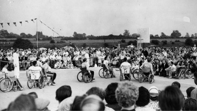 A equipe de basquete dos EUA marca contra a Holanda nos Jogos Internacionais de Stoke Mandeville em 30 de julho de 1955