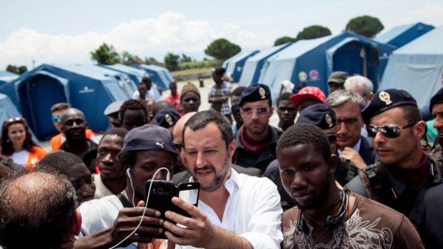Сальвини фотогграфируется с мигрантами