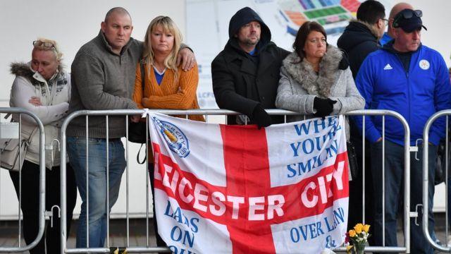 Seguidores del Leicester City, consternados por la muerte del propietario del club