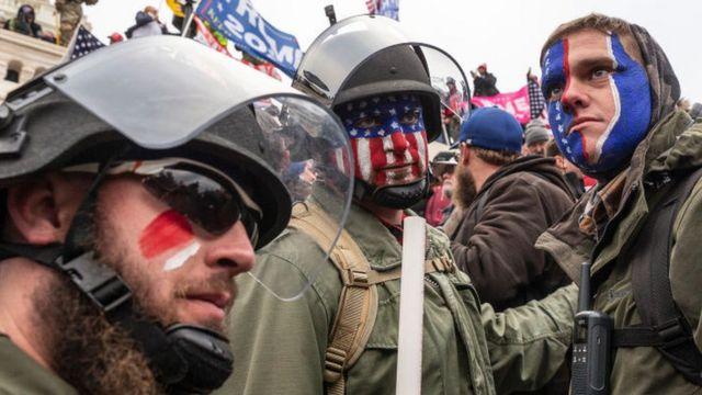 美国国会大楼外的三个特朗普支持者。