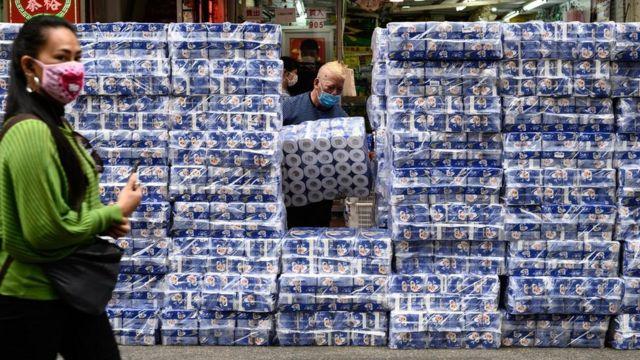 Paquetes grandes de papel higiénico apilados en Hong Kong el 8 de febrero.