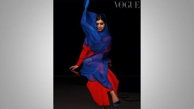 Malala posa para foto olhando para baixo, com véu esvoaçante em foto de estúdio