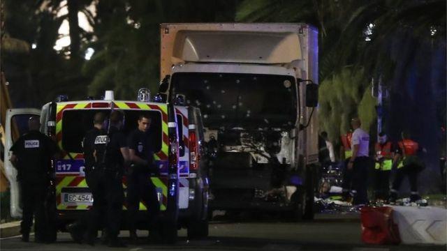 南仏ニースで海岸遊歩道に突入したトラック。フロントグラスに銃痕と思われるものが複数見える