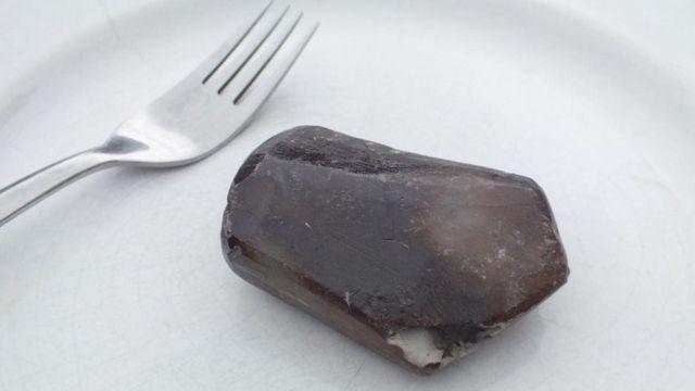 Un plato con una piedra