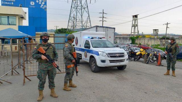 Soldados y una ambulancia a las afueras de una cárcel de Ecuador