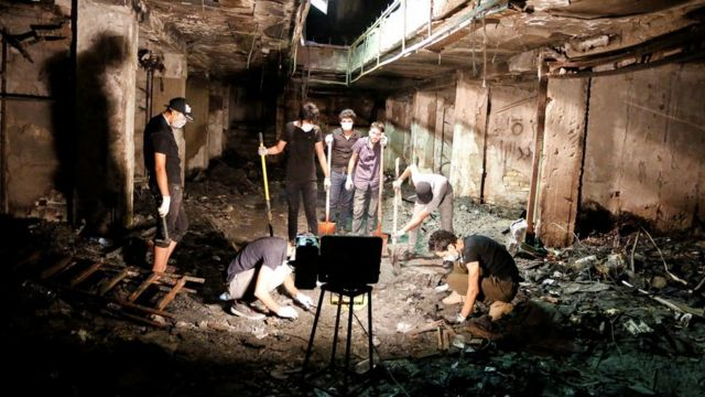 Trabajadores limpian el lugar del ataque en Bagdad.