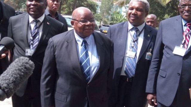 Umuhuza mu biganiro bihuza abarundi, Benjamin Mkapa (uri hagati yambaye indorerwamo)
