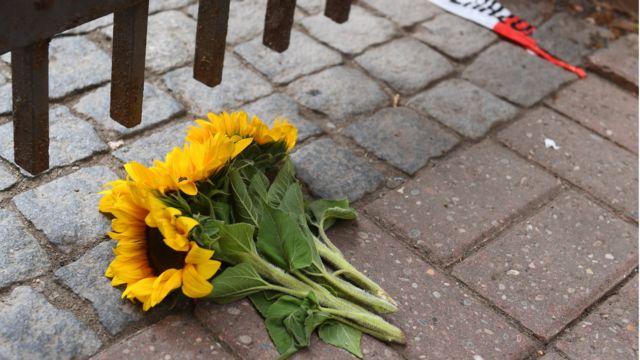 現場近くに手向けられた花