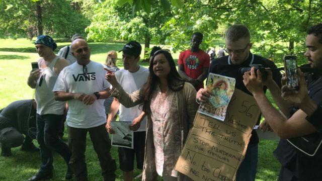 Manifestantes promovem teorias conspiratórias sobre vacinas e 5G em ato em Londres