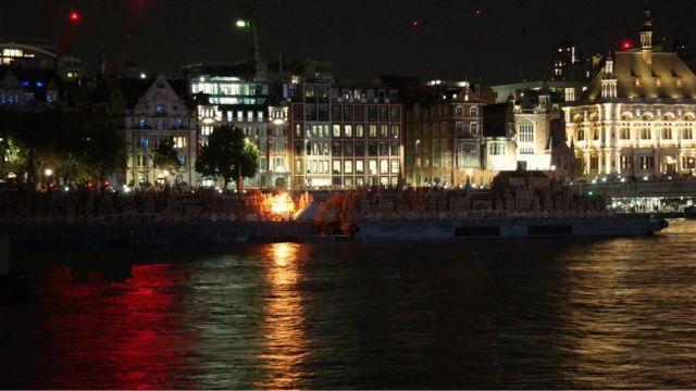 Начало сожжения макета Лондона.
