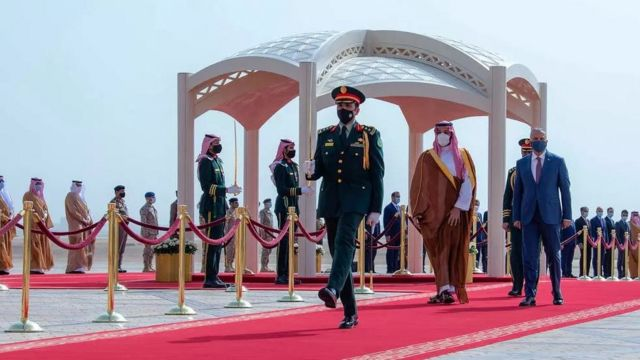 ولي العهد السعودي محمد بن سلمان لدى استقبال رئيس الوزراء العراقي مصطفى الكاظمي