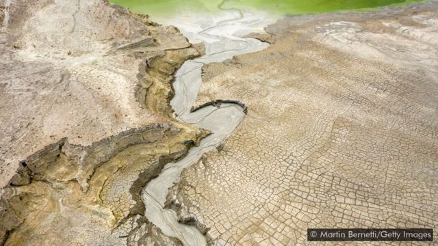 Rachaduras em uma superfície árida em bacia de rejeitos no Chile