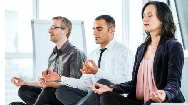 Trabajadores meditando.