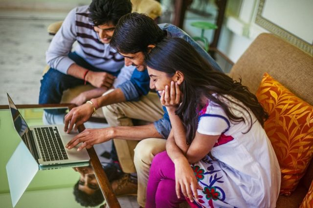 Indianos usando computador