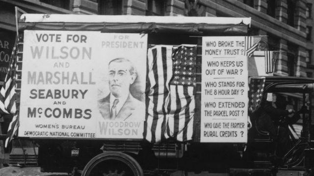 """Un carro electoral promociona la reelección de Wilson con consignas como: """"¿Quién nos mantuvo afuera de la guerra?""""."""