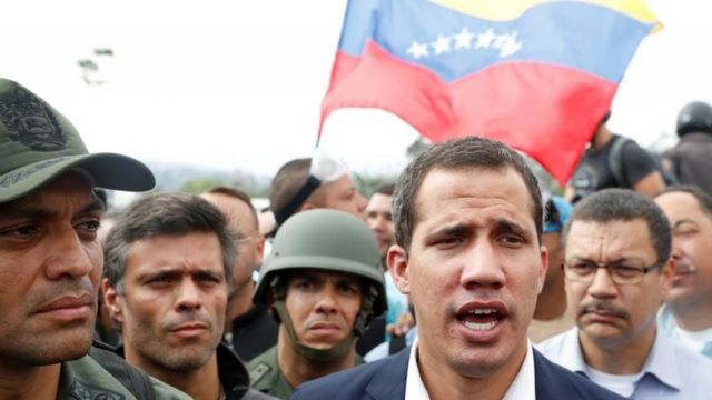 Juan Guaidó ao lado de militares e de Leopoldo López